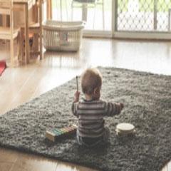 Imagen bebe en alfombra 94